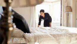 жена оправя легло и матрак